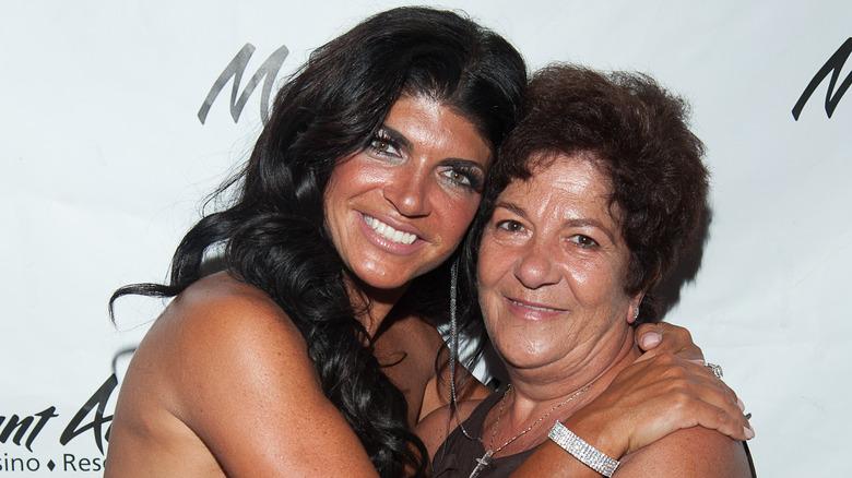 Teresa Guidice (izq.) Y Antonia Gorga asisten a una fiesta de baile organizada por Teresa Giudice