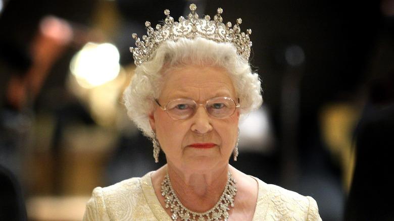 La reina Isabel II con gafas