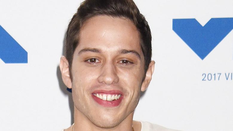 Pete Davidson sonriendo en la alfombra roja de los VMA