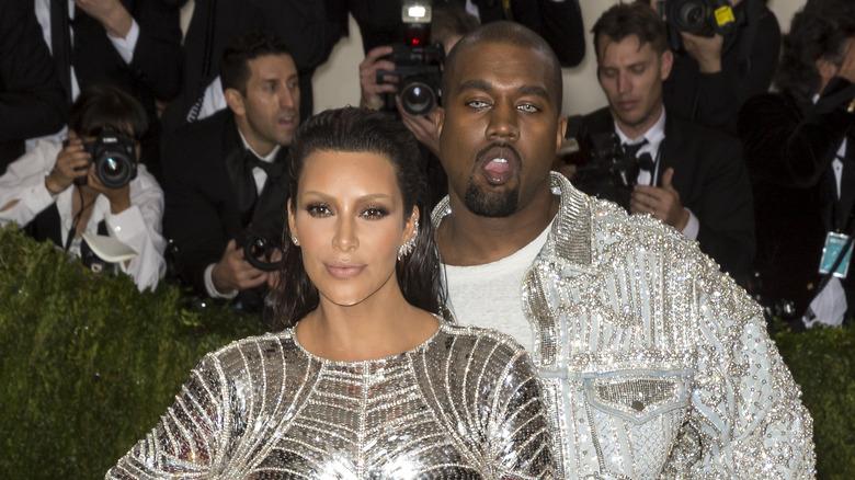 Kim Kardashian y Kanye West en la alfombra roja