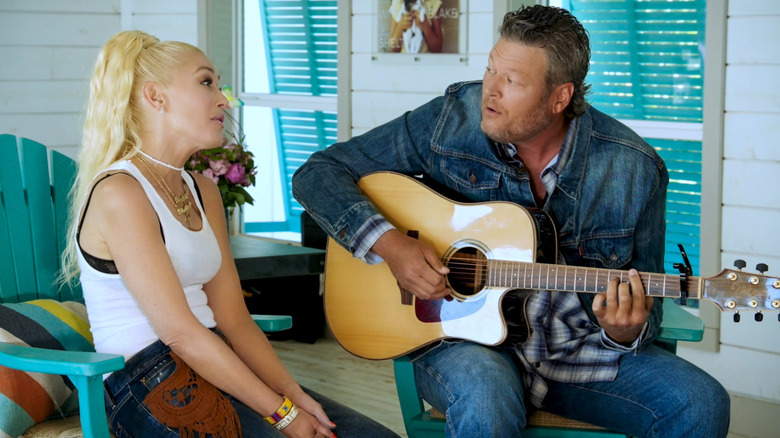 Gwen Stefani y Blake Shelton cantando
