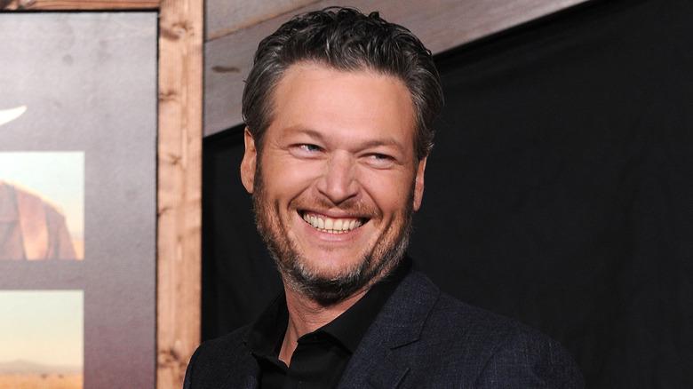 Blake Shelton sonriendo