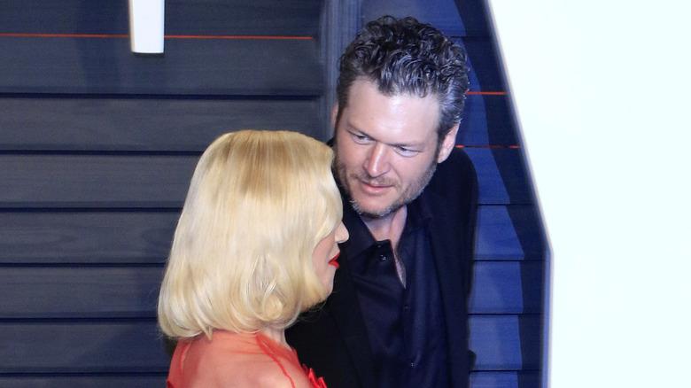 Blake Shelton mirando a Gwen Stefani