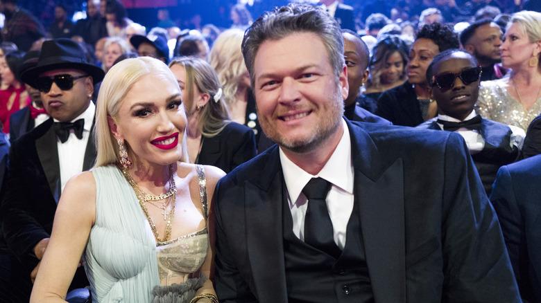 Gwen Stefani y Blake Shelton sonriendo