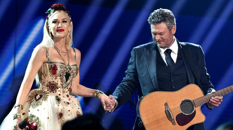 Gwen Stefani y Blake Shelton tomados de la mano