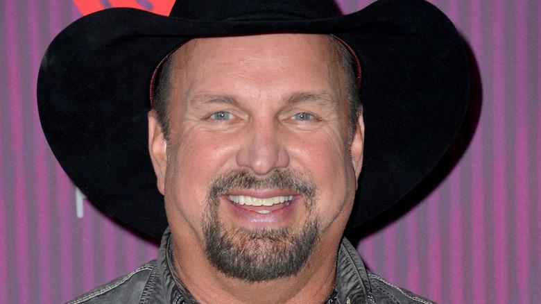 Garth Brooks sombrero negro sonriendo