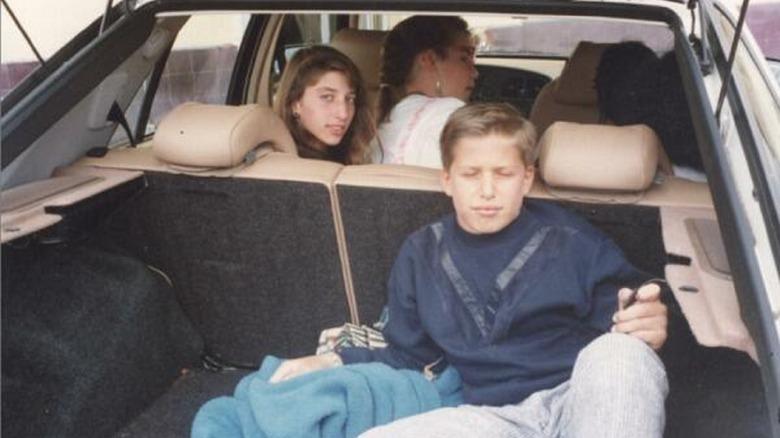 Chelsea Peretti y Andy Samberg en un coche