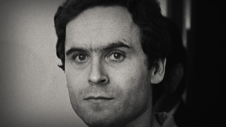 Ted Bundy limpio afeitado y serio