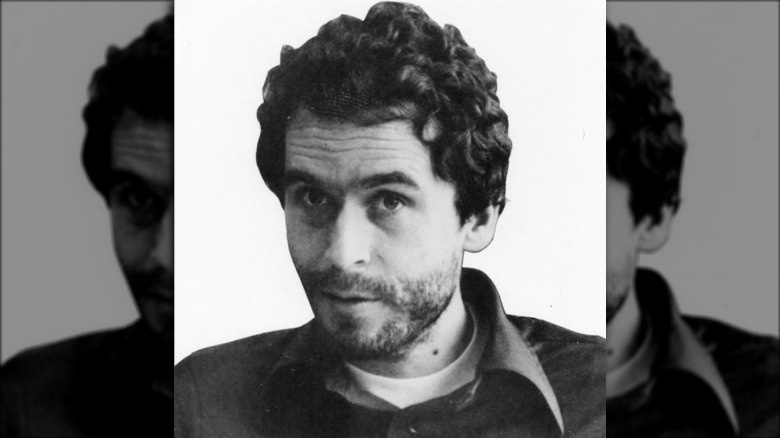 Ted Bundy delante de un fondo en blanco