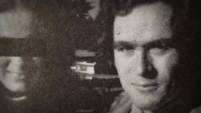 Ted Bundy con una mujer anónima