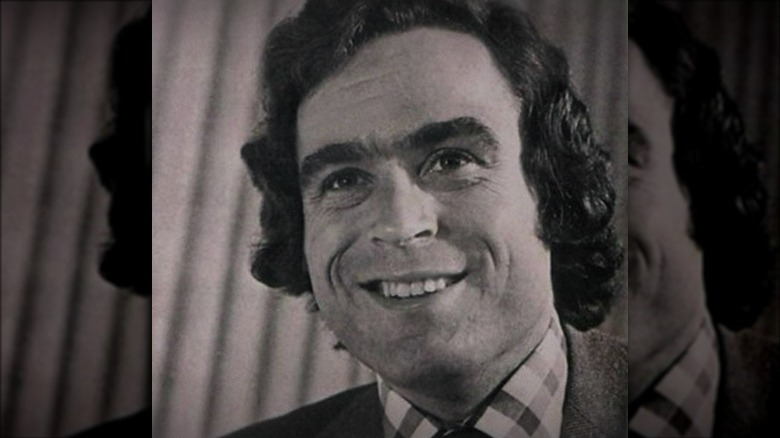 Ted Bundy sonriendo con traje