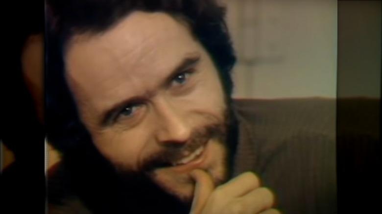 Ted Bundy sonriendo con dientes