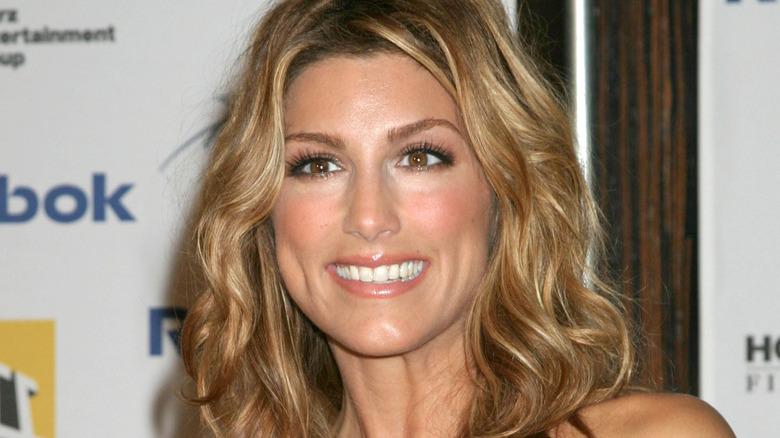 Jennifer Esposito sonriendo