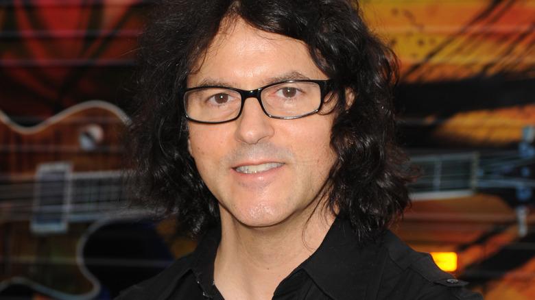 Kerry Simon con gafas negras