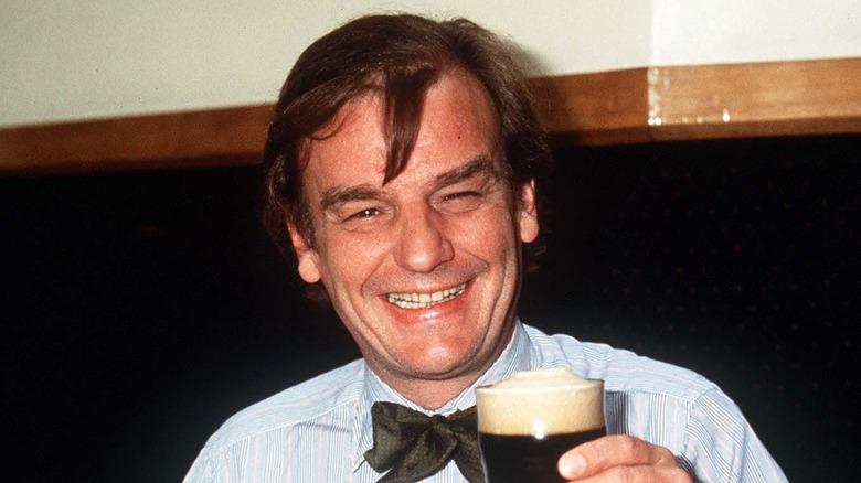 Keith Floyd sosteniendo una cerveza