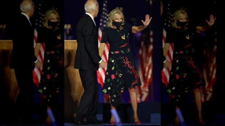 Jill Biden saludando, sosteniendo la mano del presidente electo Biden