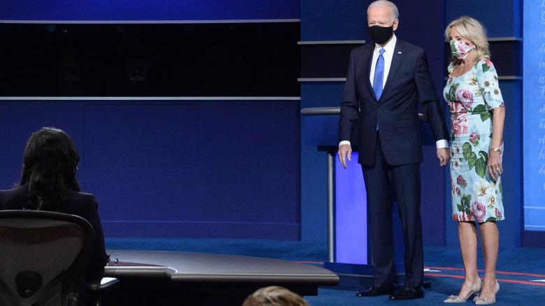 El presidente Biden y la Dra. Jill Biden tomados de la mano