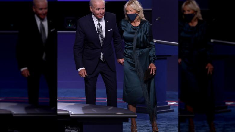 El presidente Joe Biden y la Dra. Jill Biden tomados de la mano