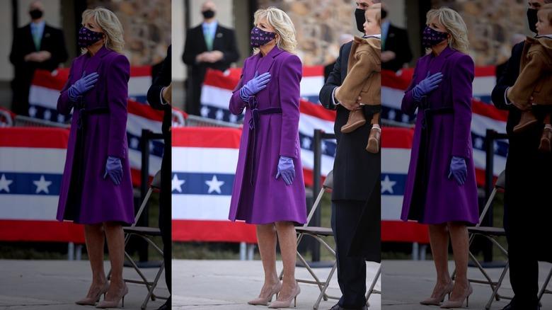 Jill Biden con máscara con la mano en el pecho