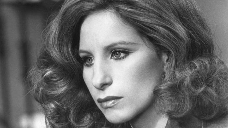 Barbra Streisand se ve seria