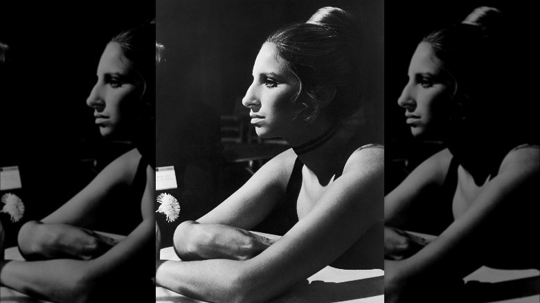 Barbra Streisand apartar la mirada