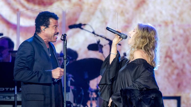 Lionel Richie y Barbra Streisand en el escenario