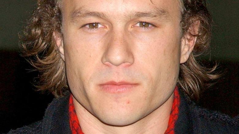Heath Ledger sonriendo burlonamente