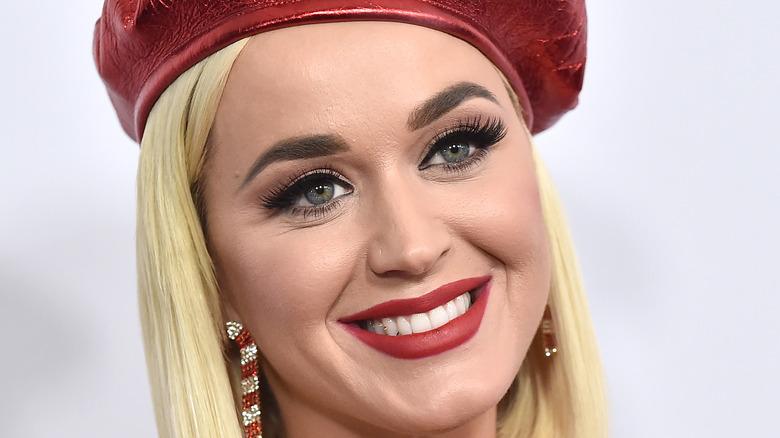 Katy Perry con sombrero rojo