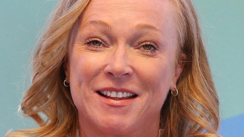 Kerstin Emhoff sonriendo hablando