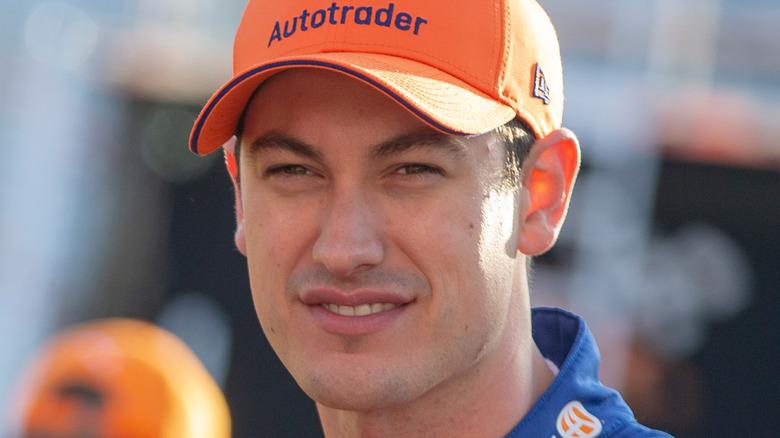 Joey Logano en la pista de carreras