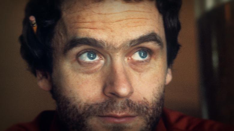 Ted Bundy buscando lápiz en la oreja