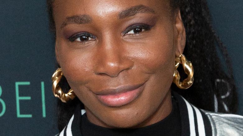 Venus Williams sonríe en la alfombra roja