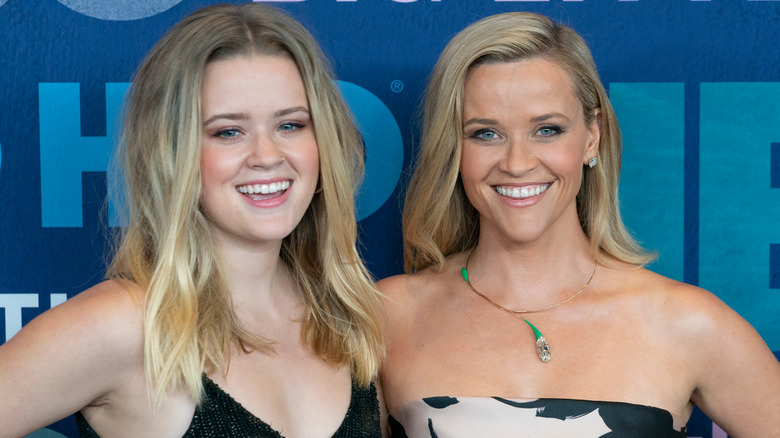 Ava Phillippe y Reese Witherspoon riendo