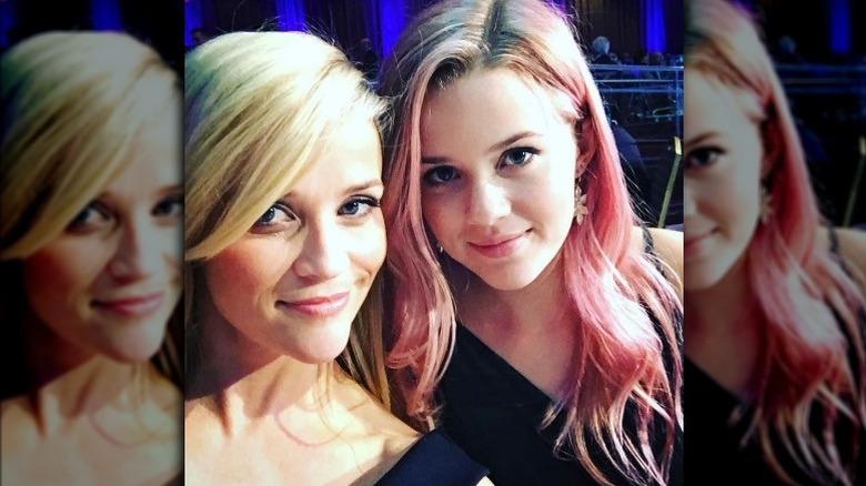Ava Phillippe junto a Reese Witherspoon con cabello rosado