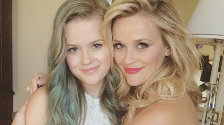 Reese Witherspoon abrazando a Ava Phillippe