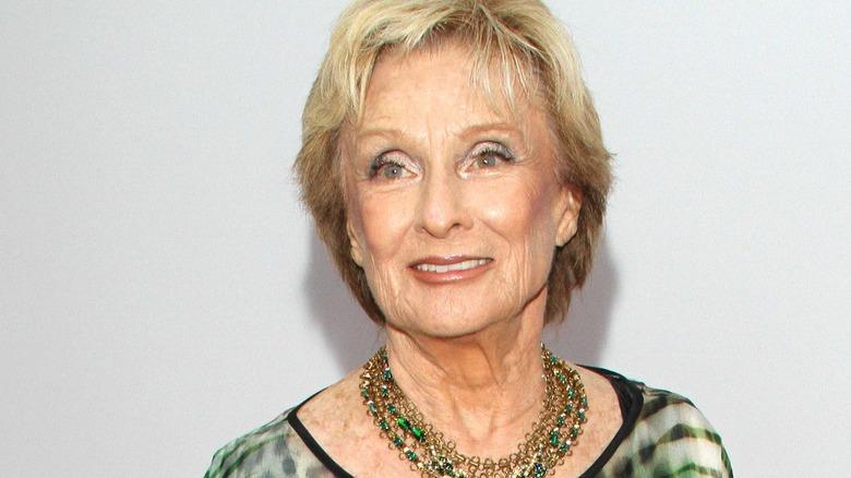 Cloris Leachman mirando fijamente