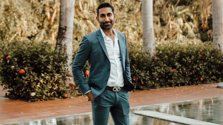 Vishal Parvani sonriendo al aire libre