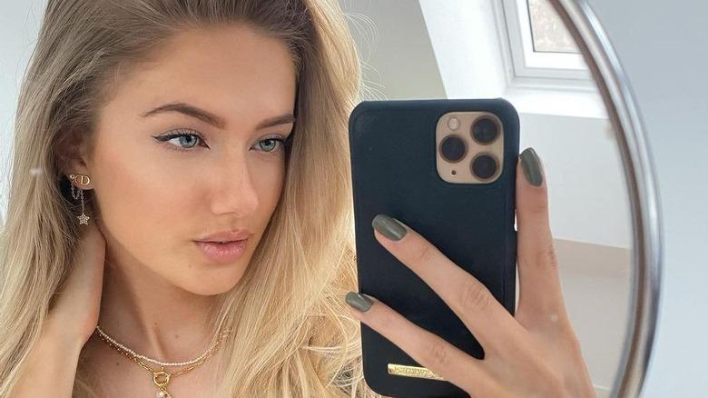 Alica Schmidt haciéndose una selfie en el espejo