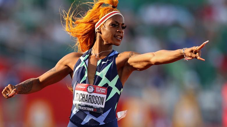 Sha'Carri Richardson señalando mientras corre