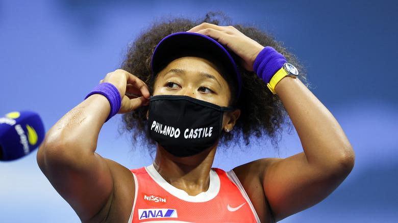 Naomi Osaka con máscara BLM en la cancha de tenis