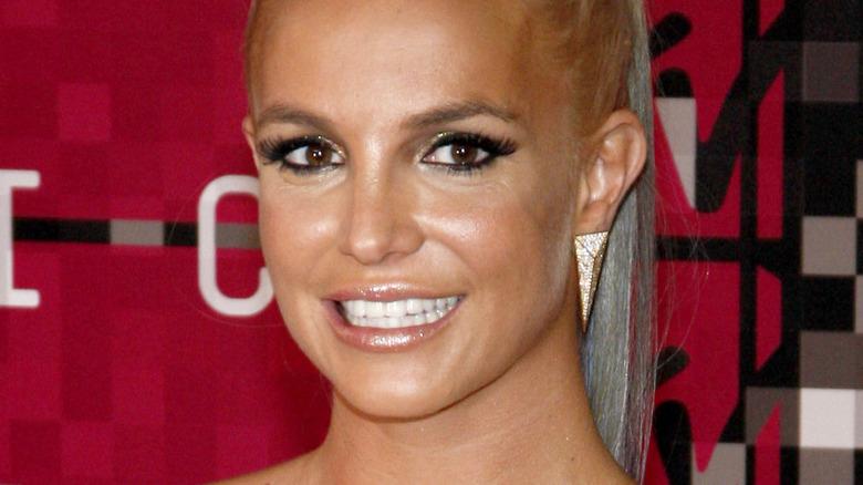 Britney Spears sonriendo en la alfombra roja