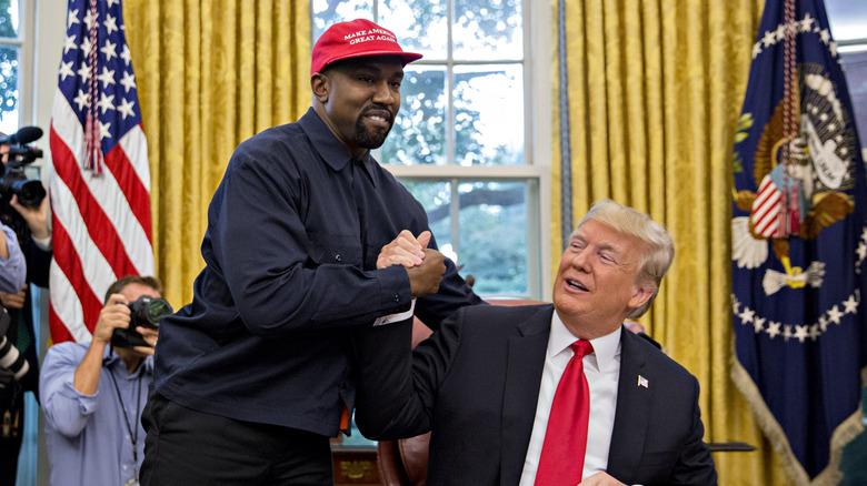 Kanye West le da la mano al expresidente de Estados Unidos, Donald Trump, durante una reunión en la Oficina Oval de la Casa Blanca en Washington, DC