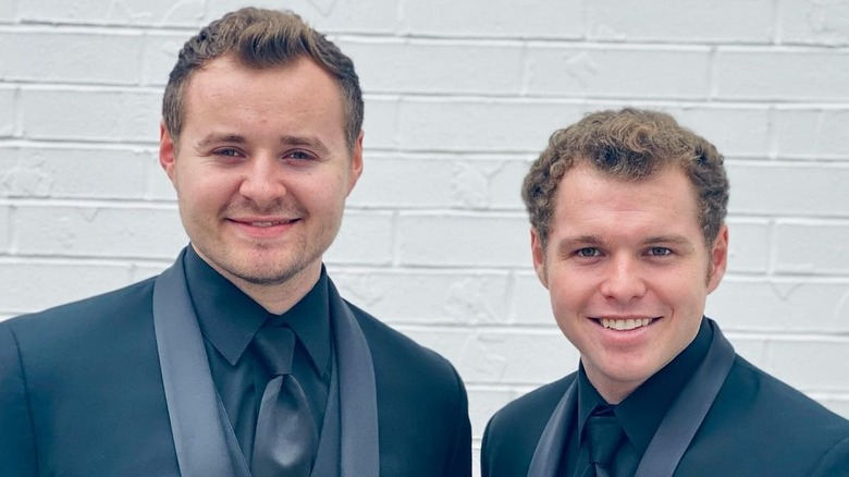 Jeremiah y Jedidiah Duggar sonriendo con trajes negros