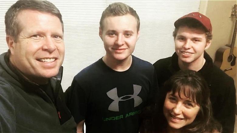 Jedidiah y Jeremiah Duggar con sus padres, Jim Bob y Michelle Duggar