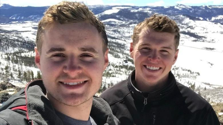 Jedidiah y Jeremiah Duggar en la cima de una montaña