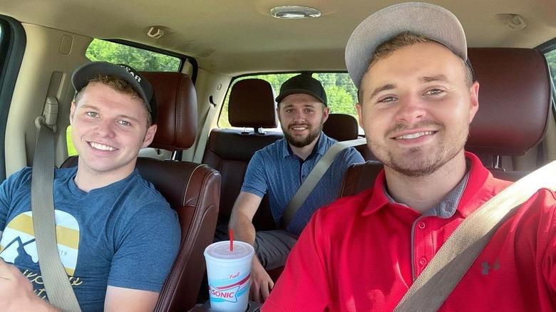 Jeremiah, Jedidiah y Jason Duggar en un automóvil