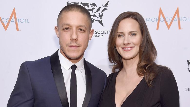 Theo Rossi y su esposa Meghan McDermott posando juntos
