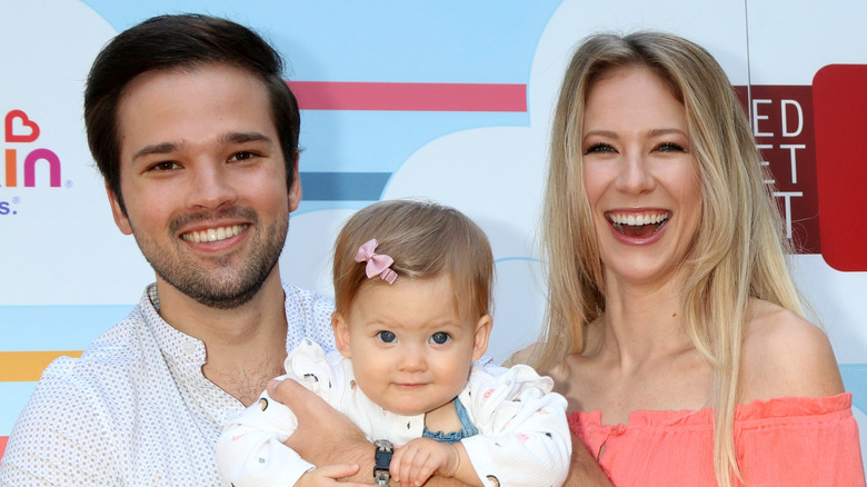 Nathan Kress y London Elise Moore con su hija Rosie