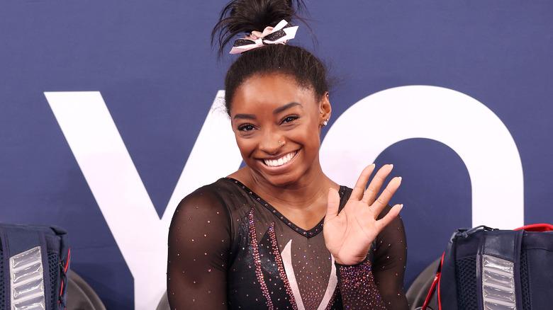 Simone Biles sonriendo en una competencia