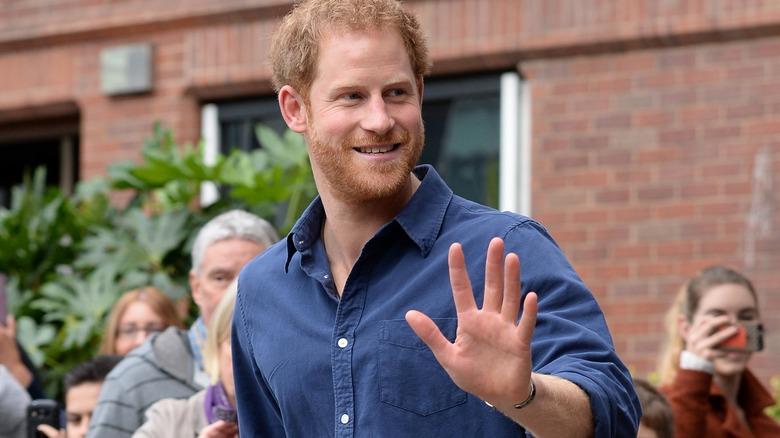 Príncipe Harry saludando